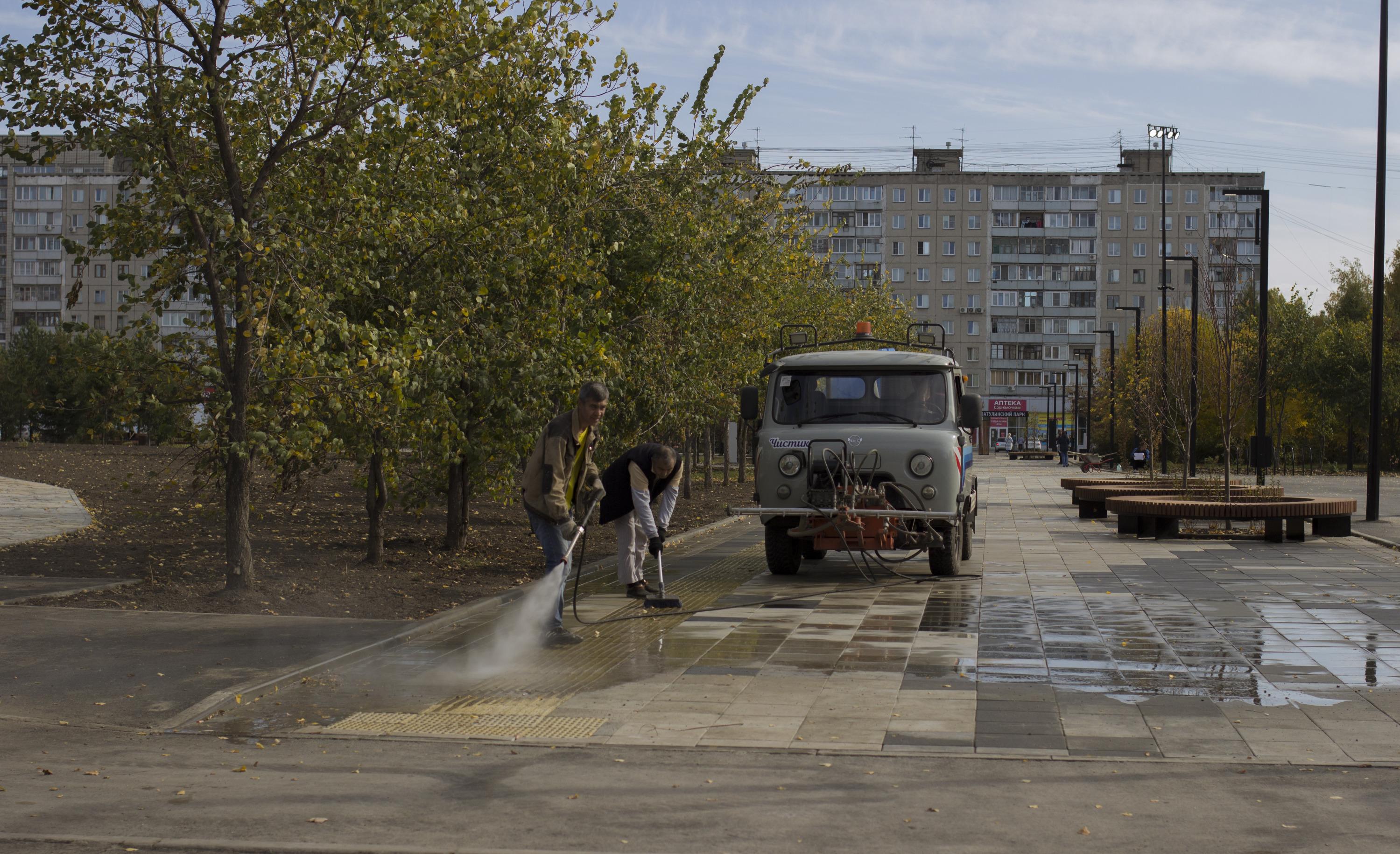 За несколько часов до приезда чиновников рабочие мыли плитку