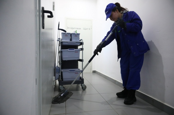 В период пандемии коронавируса влажной уборке стали уделять особое внимание. На снимке — мытье подъезда
