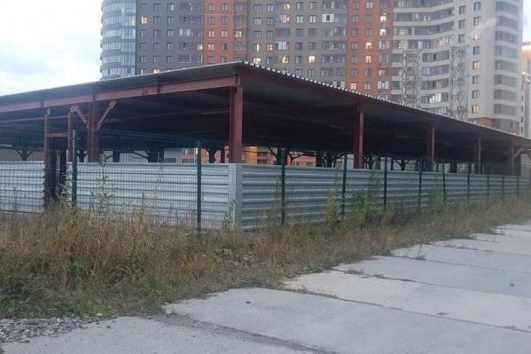 Сооружение представляет собой свайное поле, укрытое профлистом