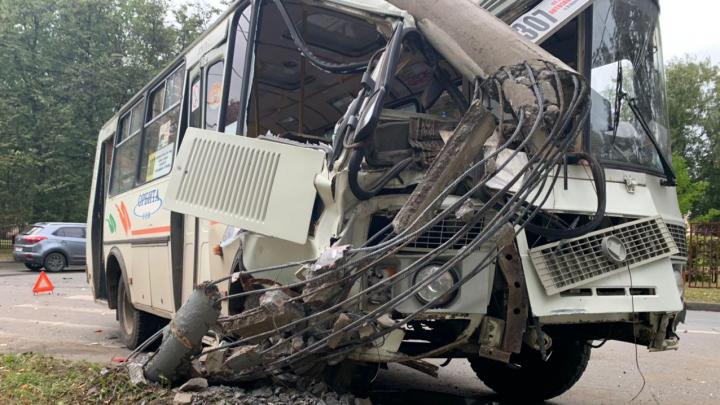 На Автозаводе рейсовый автобус с пассажирами врезался в столб: есть пострадавшие