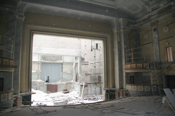 Чтобы построить новый зрительный зал, нужно сначала сломать старый