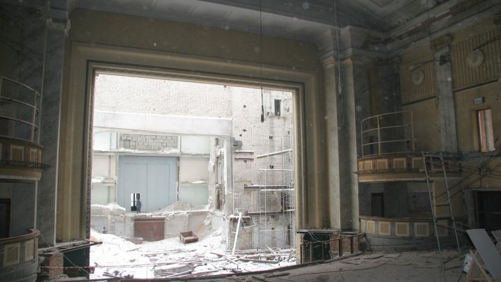 За сценой — улица: самарский фотограф показал разбомбленный оперный театр