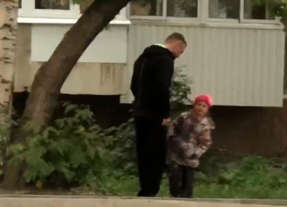 «Хуже людей в жизни не бывает!»: знакомый — о мужчине, избившем свою маленькую дочь на улице