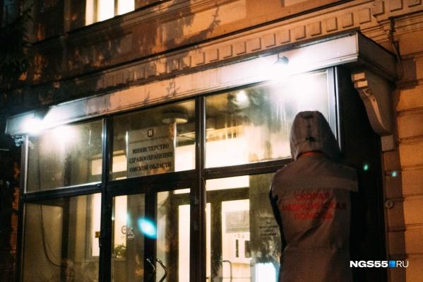 Поздним вечером медики привезли пациентов к зданию Минздрава
