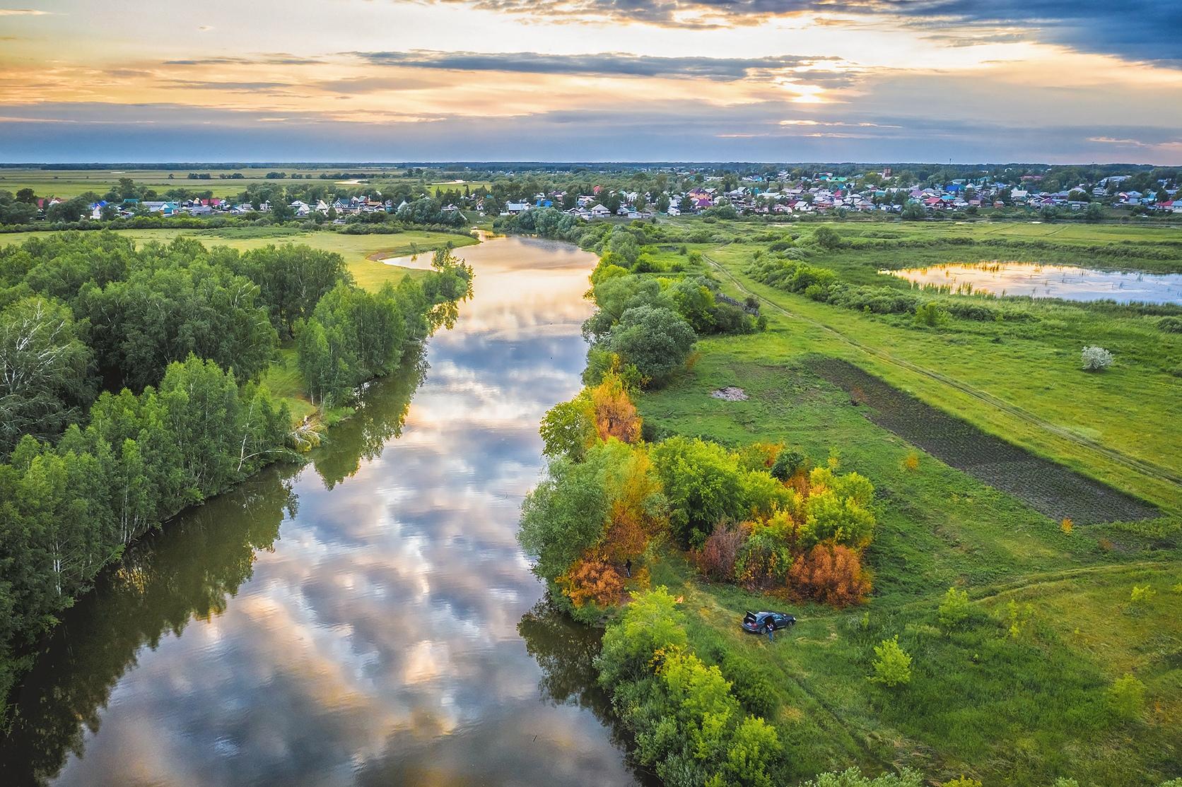 Краснозёрское расположено на правом берегу реки Карасук,в 270 километрах к юго-западу от Новосибирска