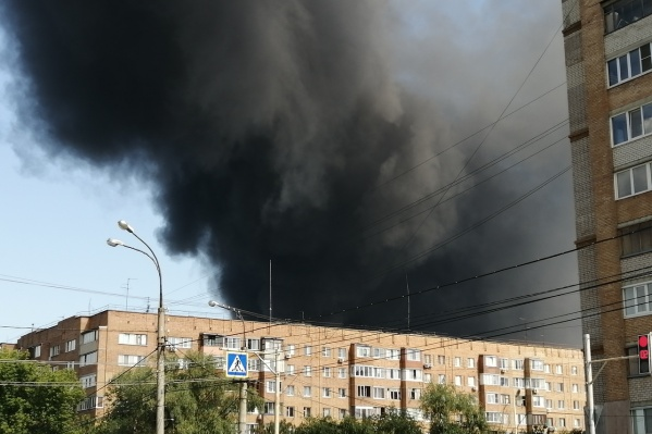 Изделия ПВХ, на складах с которыми начался пожар, горят коптящим пламенем. Поэтому начиная с 14:30 такие огромные дымовые шашки самарцы видели в разных, порой очень отдаленных друг от друга, точках города