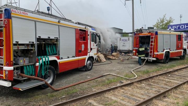 Пожар тушили сотрудники МЧС на 13 машинах: в Екатеринбурге загорелся склад детских игрушек