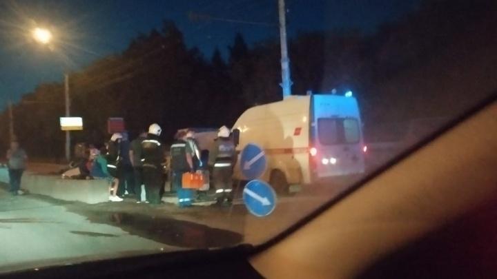 В Новосибирске минивэн провалился в гигантскую яму в асфальте