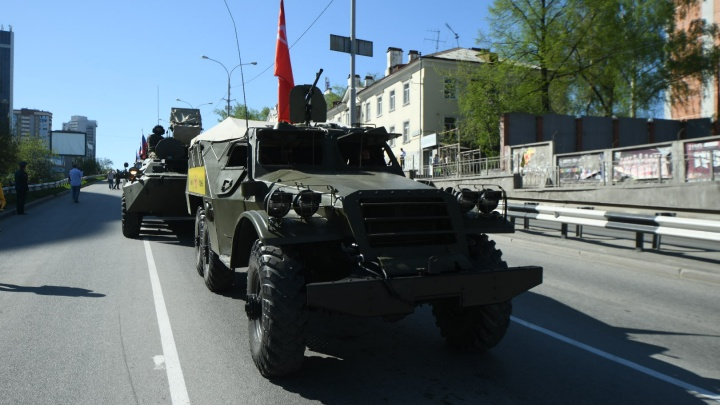 Военный театр на колёсах: атмосферный фоторепортаж с парада в центре Екатеринбурга