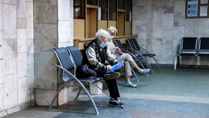 Нижегородцев старше 65 лет попросили не приходить в поликлиники