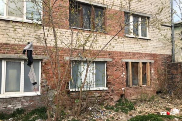Дом начал разваливаться давно, но критический момент наступил в апреле 2020 года