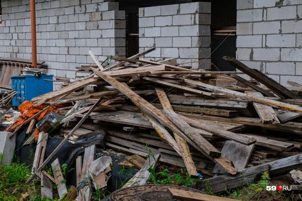 С крыши сбрасывали доски, одной из них убило человека