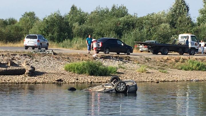 В Прикамье иномарка вылетела с трассы в реку: водитель погиб