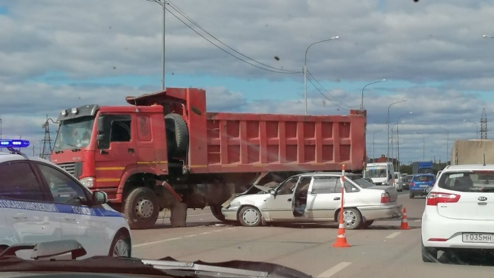 В Тюмени легковушка столкнулась с грузовиком