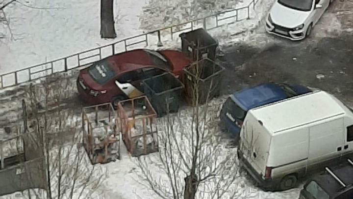 «Я паркуюсь как...»: разборки с наглым таксистом из-за помойки и стоянка на снежной куче