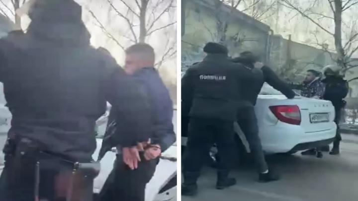 В Екатеринбурге силовики остановили Lada и заковали в наручники водителя. Рассказываем, что произошло