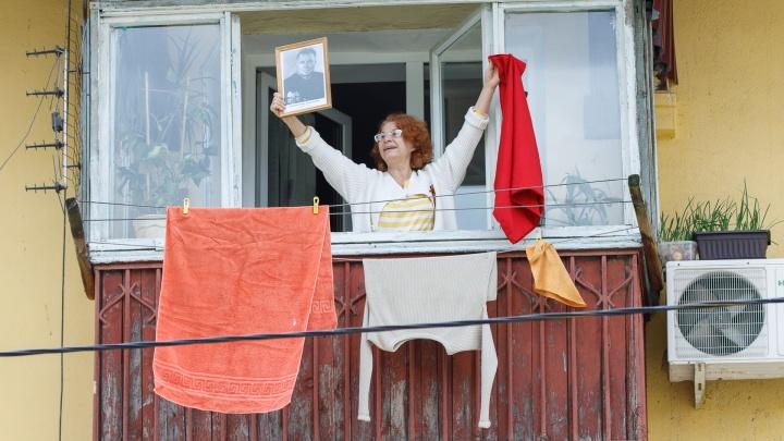 «Разве мы не можем, как итальянцы?»: изолированные волгоградцы спели «День Победы» на балконах