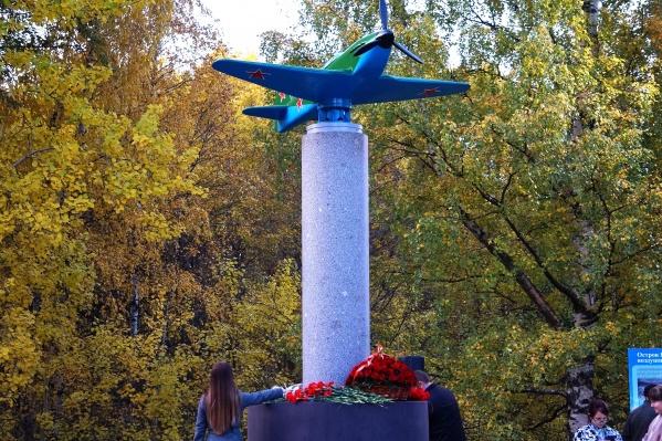 Памятник кажется легким и воздушным, но весит около тонны