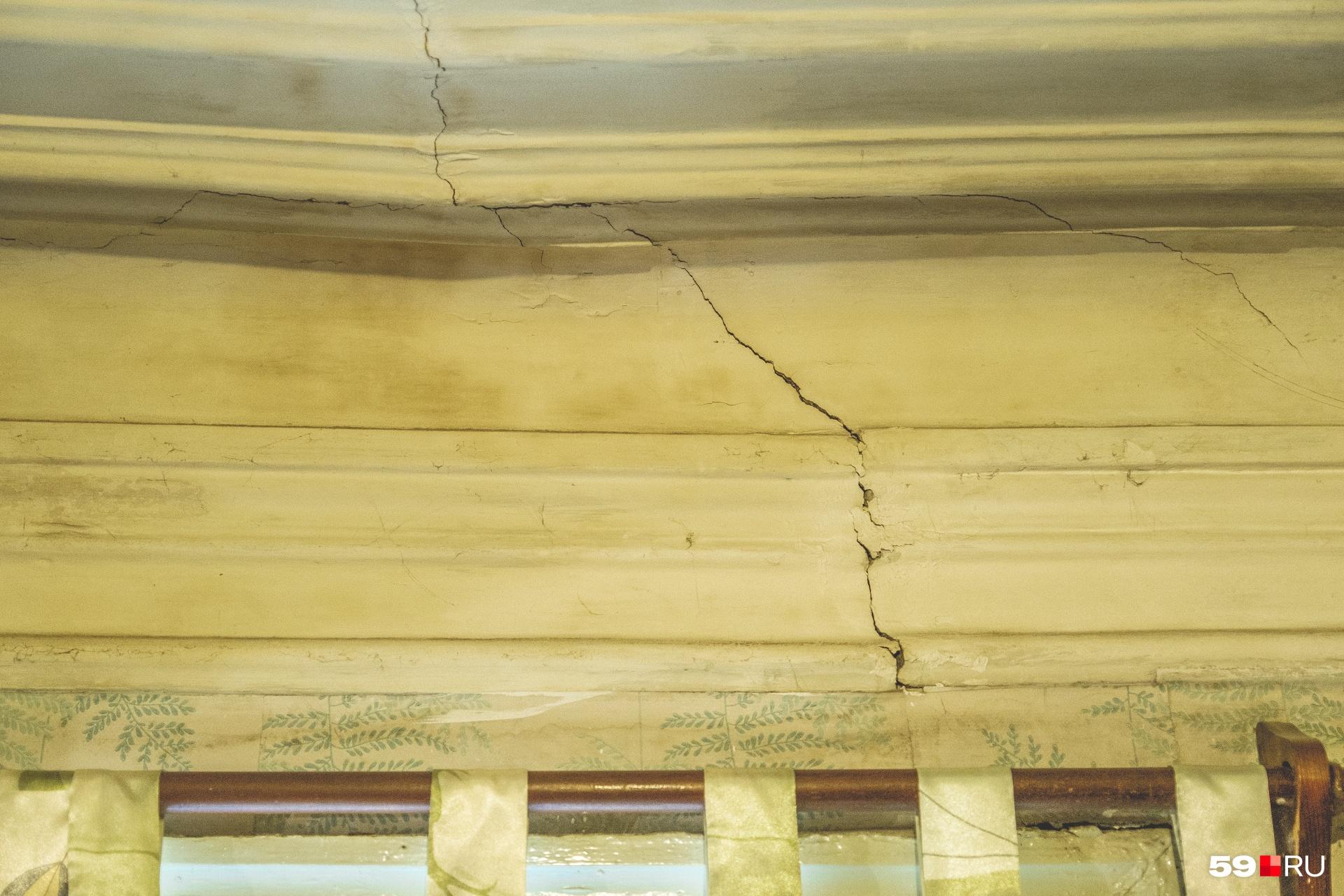 Дом построили еще в 1917 году, на потолке и стенах пошли трещины