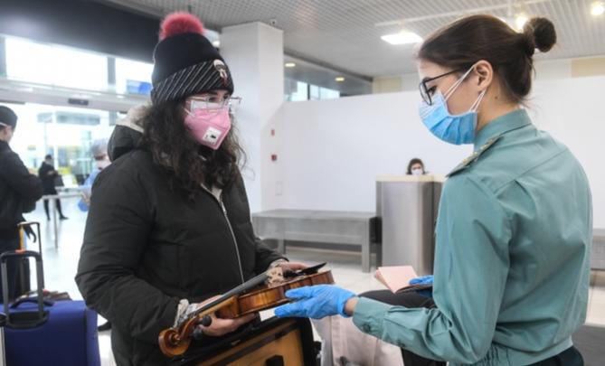 «Не выходи из комнаты, не совершай ошибку»: как проходит домашний карантин из-за коронавируса