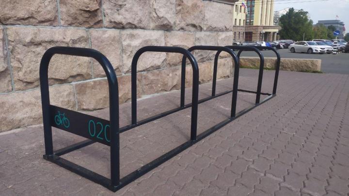В Челябинске начали делать велопарковки. Как они будут выглядеть и где появятся