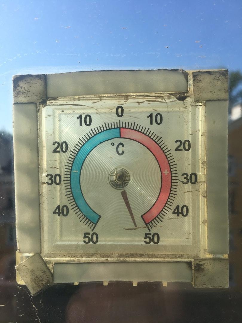 А у этого градусника и вовсе закончилась шкала