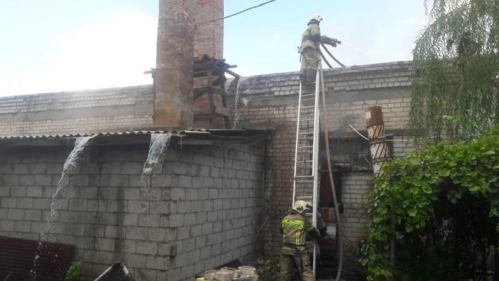 МЧС ликвидирует крупный пожар в промзоне на юге Волгограда