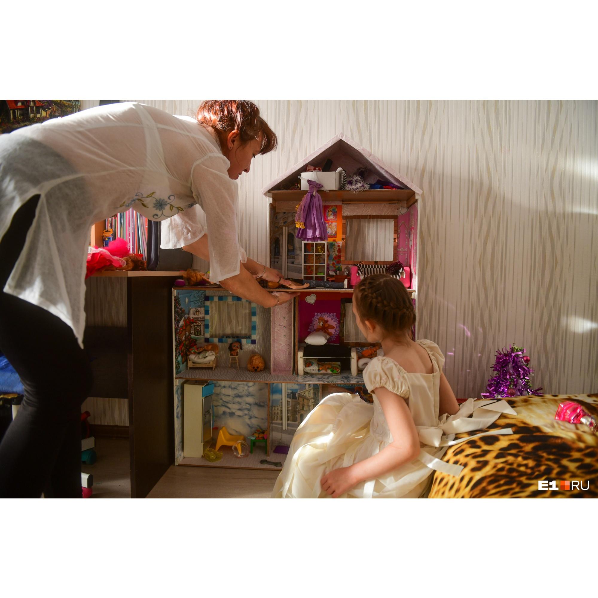 В кукольном доме Лизы и Эмилии даже лифт есть