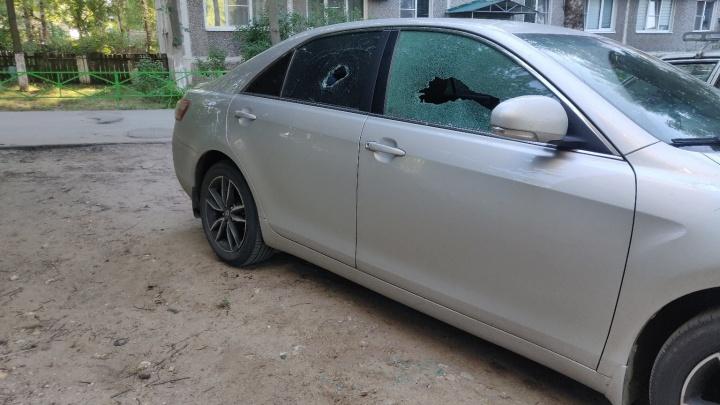 «У негодяев свои ритуалы»: известному дзержинскому журналисту разбили стекла в машине