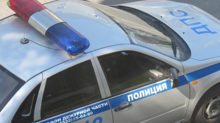 В Зауралье подросток на машине 20 метров тащил инспектора ДПС, пытавшегося его остановить
