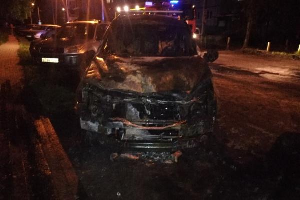 У машины полностью сгорела передняя часть