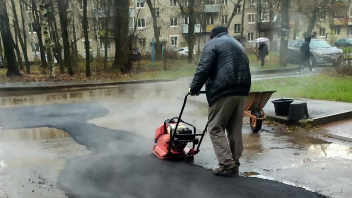 «Особый шик»: в Ярославле дорожники дождались самой дождливой погоды, чтобы положить асфальт