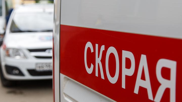 Мужчина погиб под колесами Renault на трассе под Волгоградом, сбившая его машина вылетела в кювет