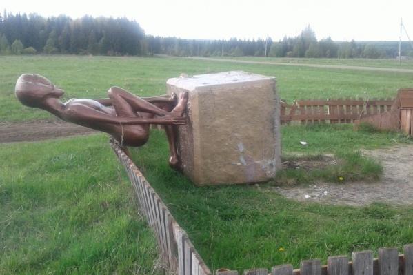 Памятник инопланетянину уронили вместе с бетонным постаментом
