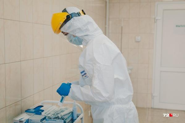 Все врачи, соприкасающиеся по работе с больными коронавирусом (или с подозрением на него), должны носить специальные защитные костюмы
