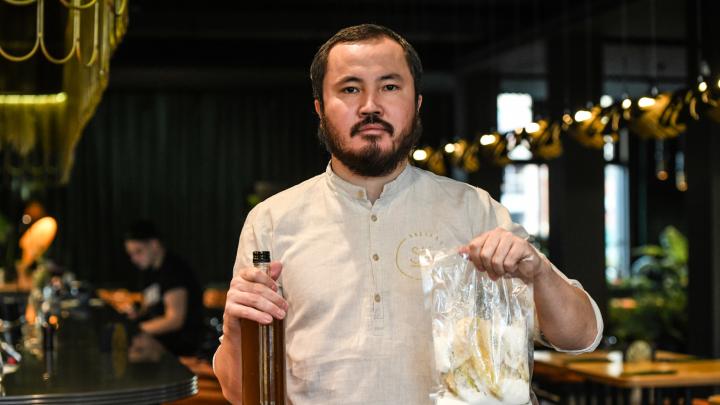 Пустил остатки борща на настойки: как бармен из Екатеринбурга спасает экологию