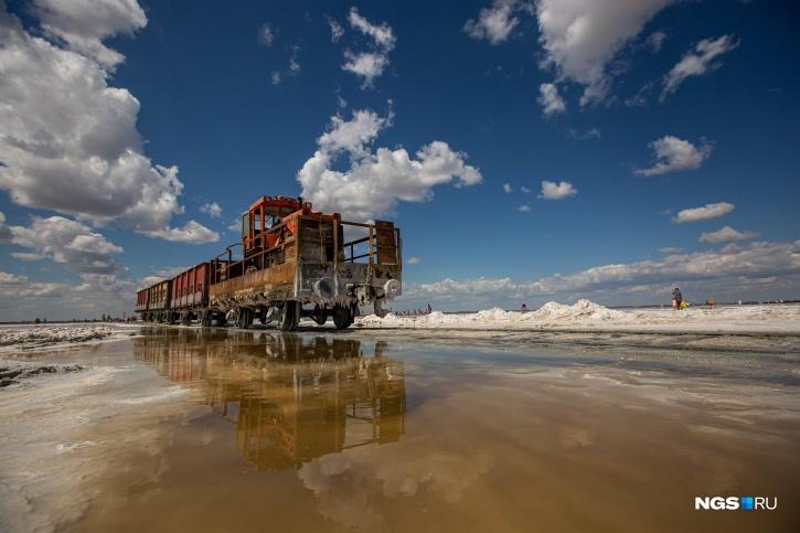 ООО «Алтайская соледобывающая компания» добывает здесь 65 000 тоннповаренной соли в год (такие цифры на сайте компании)