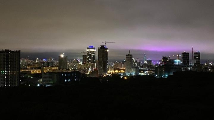Екатеринбуржцы сделали множество снимков необычного фиолетового неба