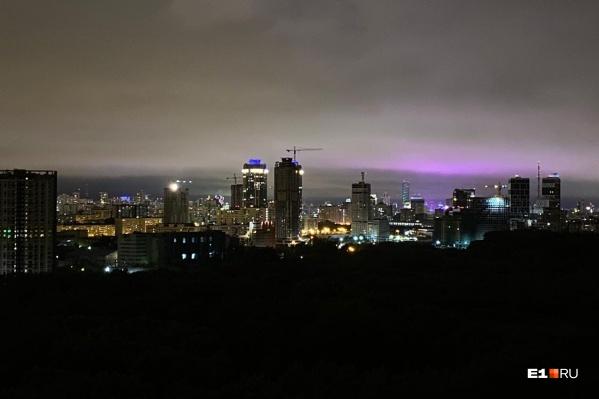 Красивое фиолетовое небо над Екатеринбургом