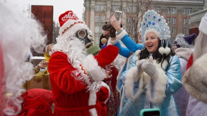 Тридцать Дедов Морозов и Снегурочек устроили флешмоб в центре Екатеринбурга и захватили трамвай