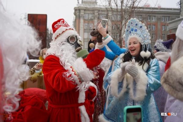 Десант сказочных персонажей возглавил Дед Мороз в противогазе