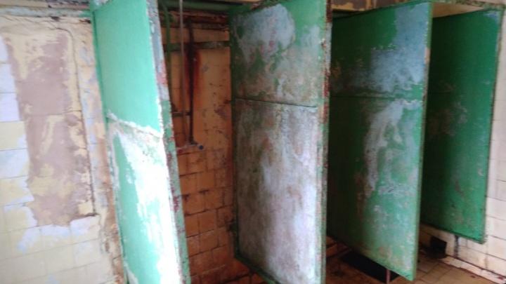 «Я не рискнула мыться»: студенты сняли на видео убитые ванные в общежитии УрФУ
