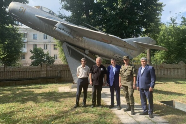 Монумент советской авиации находится на закрытой территории военного городка