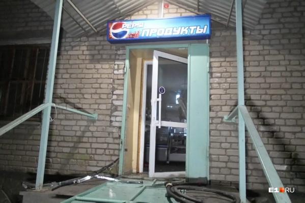 Днем приходил нетрезвый покупатель и обещал сжечь магазин