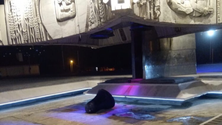 Со стелы «Освободителям Ростова» из-за ветра упал колокол. Подростки решили с ним поиграть
