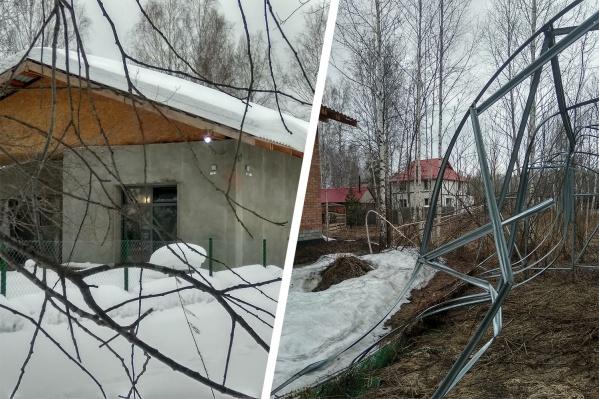 Дом предпринимателя Андрея Храброва построили так близко к участку многодетной семьи, что весной сошедший с крыши снег разрушил теплицу соседей
