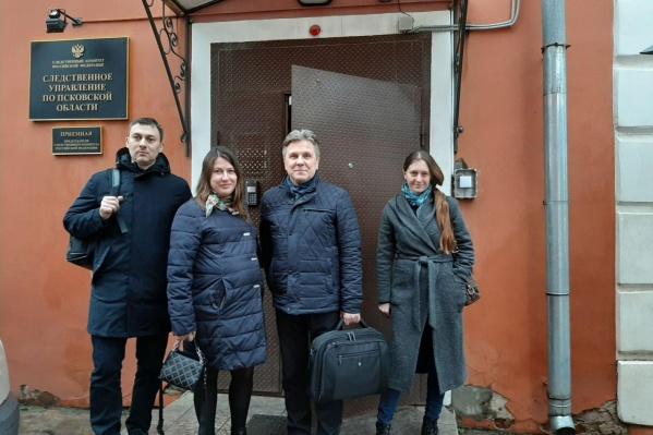 Светлана Прокопьева (справа) и три ее адвоката изучали материалы дела в псковском следкоме 11 марта