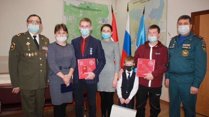 Вытаскивали людей из воды и тушили пожары. В Пермском крае наградили детей, совершивших героические поступки