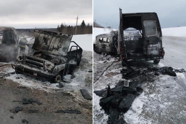Обе машины практически полностью выгорели
