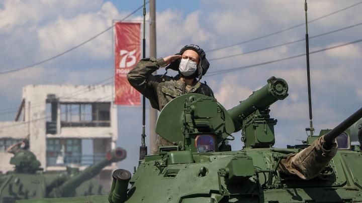 Танки и маски: 20 снимков с репетиции парада Победы в Нижнем Новгороде